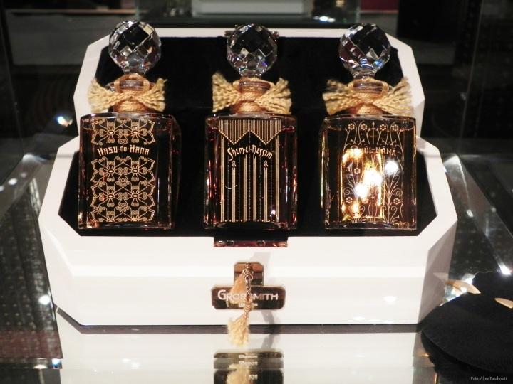 Kit com perfumes concentrados em frascos de cristal Baccarat decorados em ouro da marca Grossmith