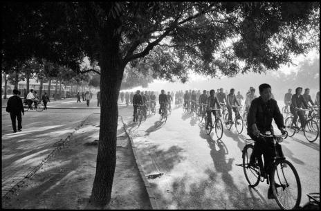 """PŽkin. Avenue Chang An. T™t le matin. Livre """"Fotografien 1952-1992"""" page 101."""