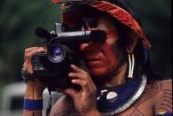 Kaiapó filmando encontro de Altamira - Pará Crédito Nair Benedicto/N Imagens